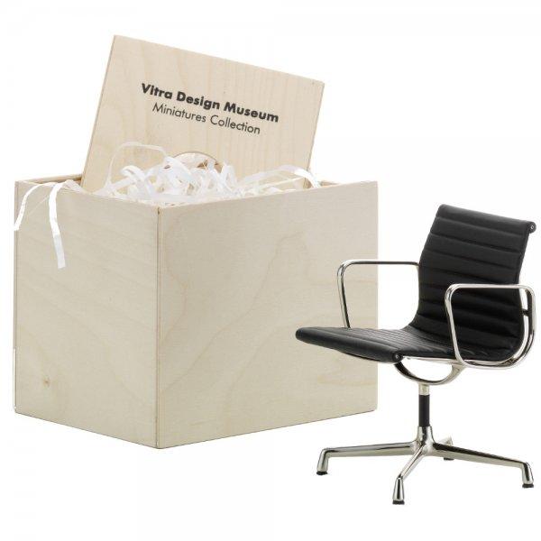 Miniatur Stuhl Eames Alu Chair von Vitra erkmann